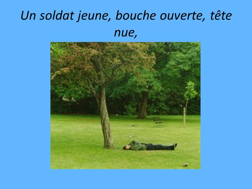 Un soldat jeune, bouche ouverte, tête nue,