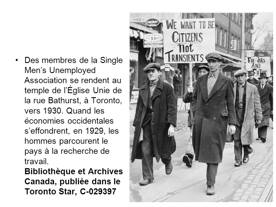 Des membres de la Single Men's Unemployed Association se rendent au temple de l'Église Unie de la rue Bathurst, à Toronto, vers 1930.