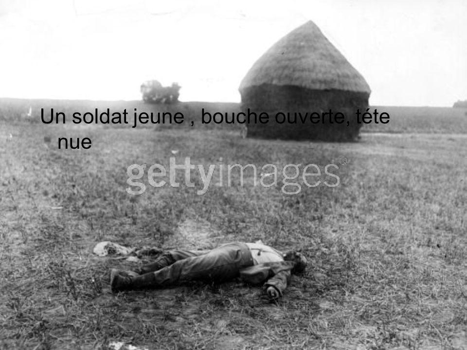 Un soldat jeune , bouche ouverte, téte nue