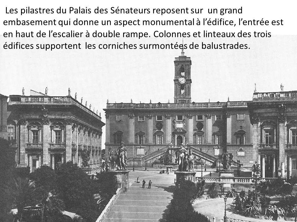 Les pilastres du Palais des Sénateurs reposent sur un grand embasement qui donne un aspect monumental à l'édifice, l'entrée est en haut de l'escalier à double rampe.