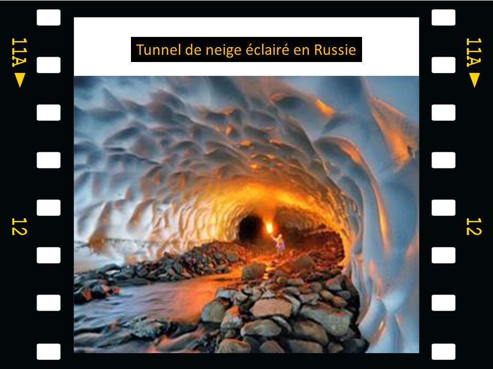 Tunnel de neige éclairé en Russie