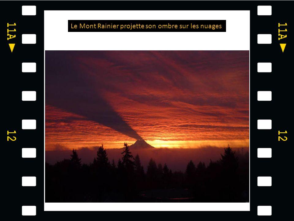 Le Mont Rainier projette son ombre sur les nuages
