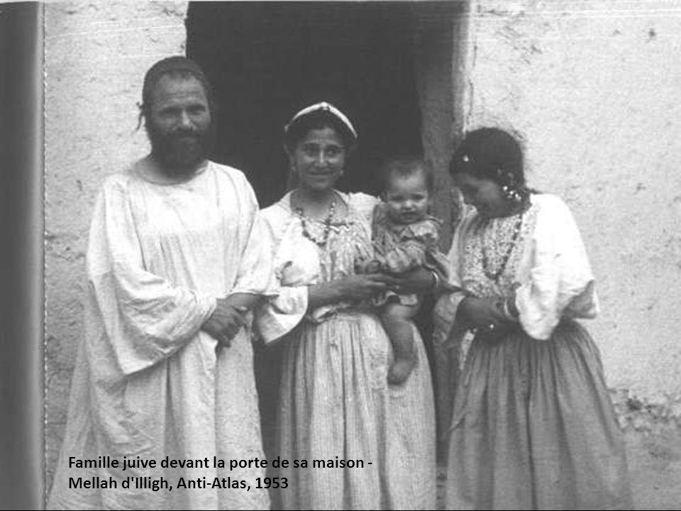 Famille juive devant la porte de sa maison - Mellah d Illigh, Anti-Atlas, 1953
