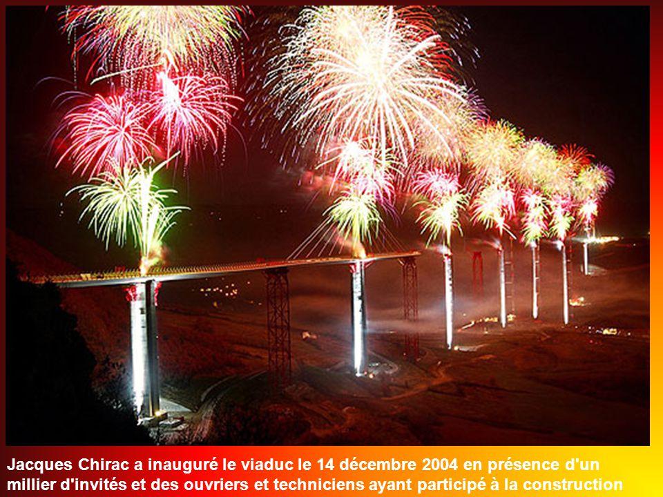 Jacques Chirac a inauguré le viaduc le 14 décembre 2004 en présence d un millier d invités et des ouvriers et techniciens ayant participé à la construction