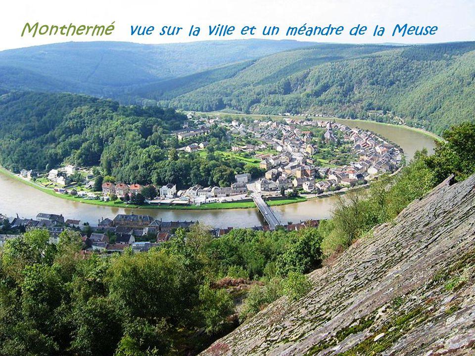 Monthermé vue sur la ville et un méandre de la Meuse