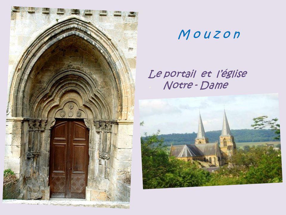 M o u z o n Le portail et l'église . Notre - Dame