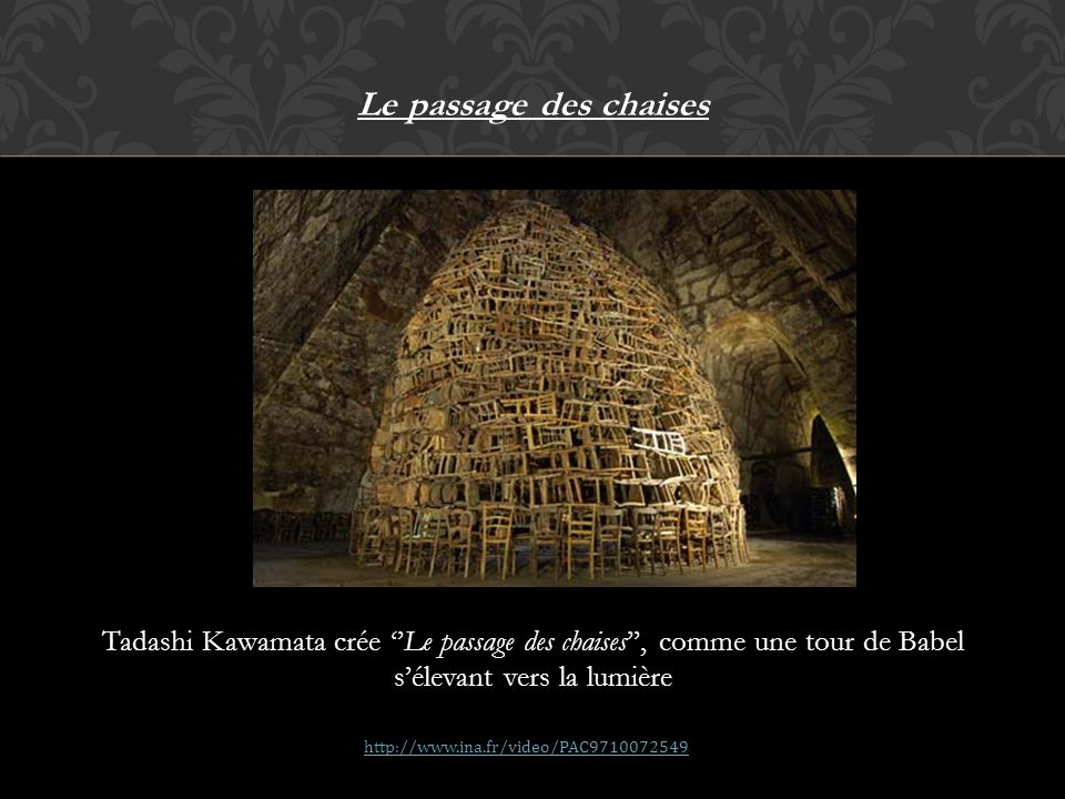 Le passage des chaises Tadashi Kawamata crée ''Le passage des chaises'', comme une tour de Babel s'élevant vers la lumière.