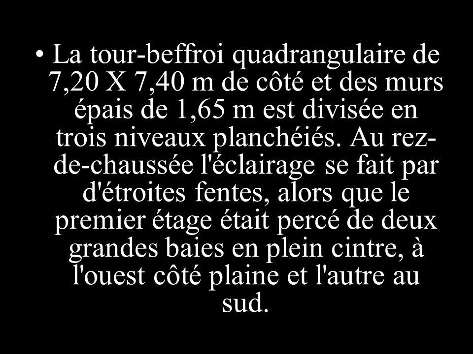 La tour-beffroi quadrangulaire de 7,20 X 7,40 m de côté et des murs épais de 1,65 m est divisée en trois niveaux planchéiés.