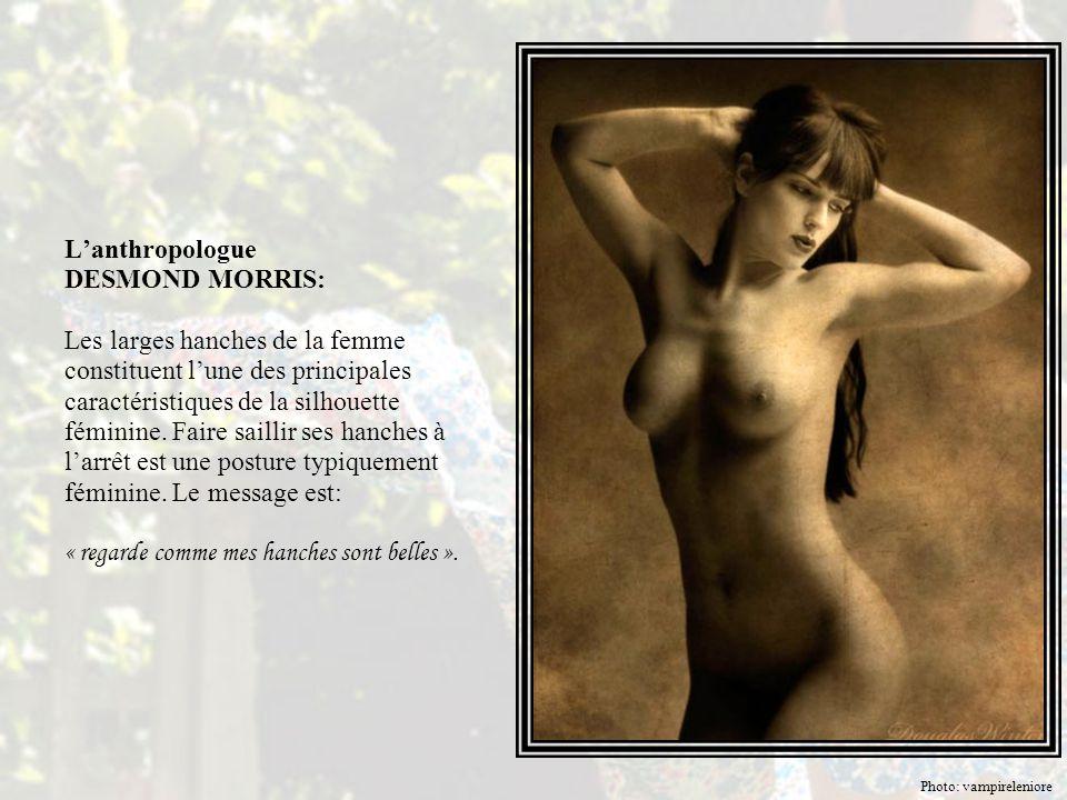 L'anthropologue DESMOND MORRIS: Les larges hanches de la femme constituent l'une des principales caractéristiques de la silhouette féminine. Faire saillir ses hanches à l'arrêt est une posture typiquement féminine. Le message est: « regarde comme mes hanches sont belles ».