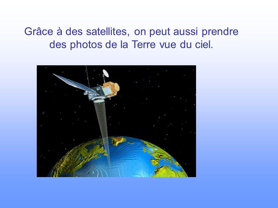 Grâce à des satellites, on peut aussi prendre des photos de la Terre vue du ciel.