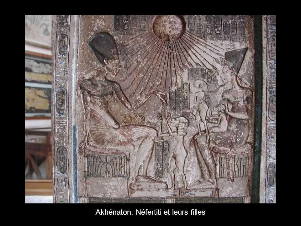 Akhénaton, Néfertiti et leurs filles