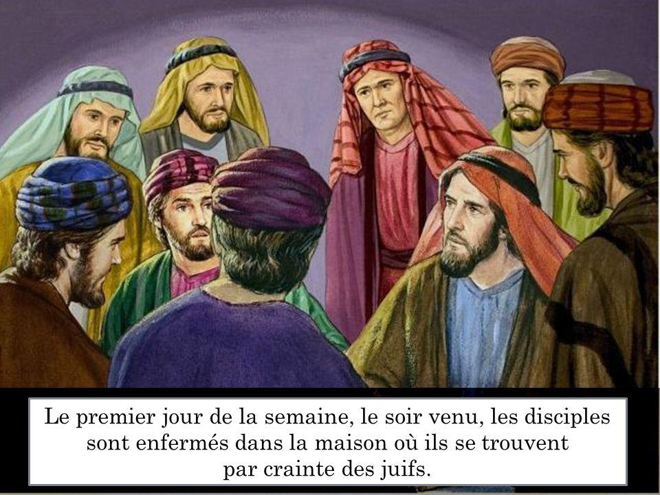Le premier jour de la semaine, le soir venu, les disciples sont enfermés dans la maison où ils se trouvent par crainte des juifs.