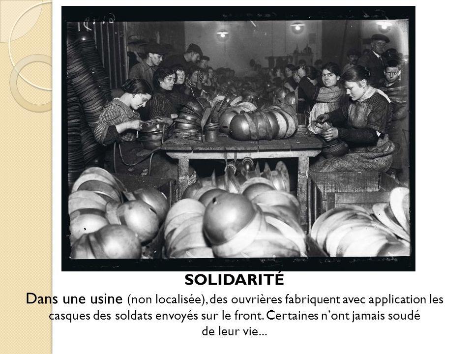 SOLIDARITÉ Dans une usine (non localisée), des ouvrières fabriquent avec application les casques des soldats envoyés sur le front.