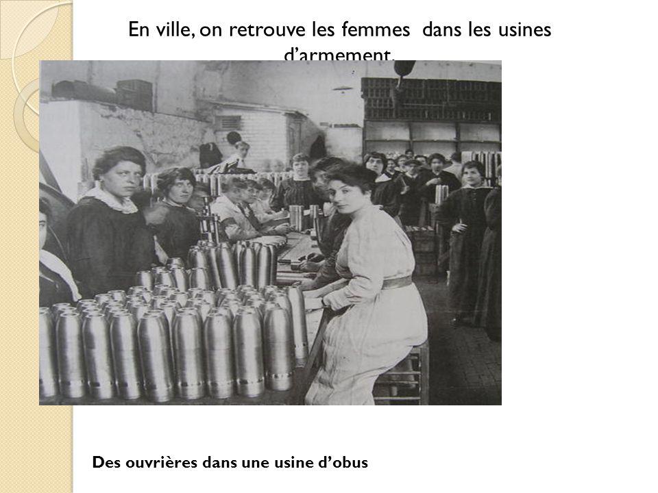 En ville, on retrouve les femmes dans les usines d'armement,