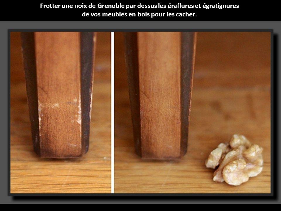 Frotter une noix de Grenoble par dessus les éraflures et égratignures