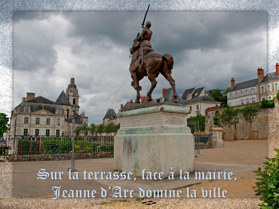 Sur la terrasse, face à la mairie, Jeanne d'Arc domine la ville