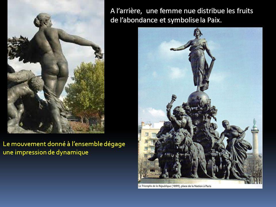 A l'arrière, une femme nue distribue les fruits de l'abondance et symbolise la Paix.