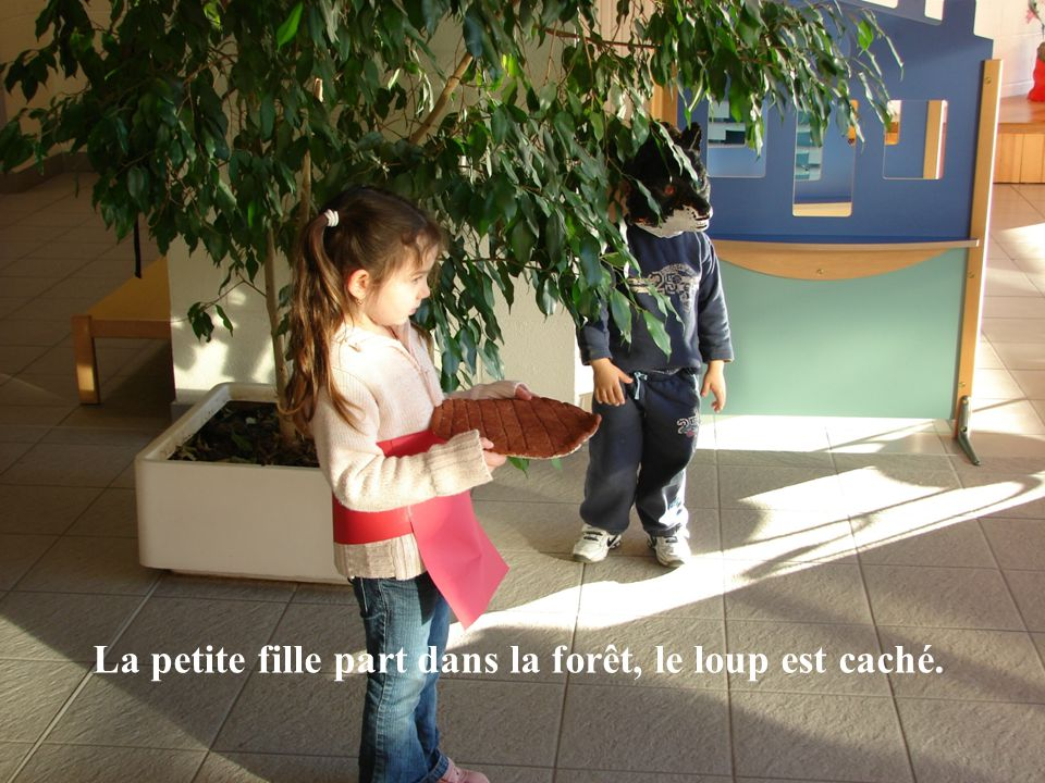 La petite fille part dans la forêt, le loup est caché.