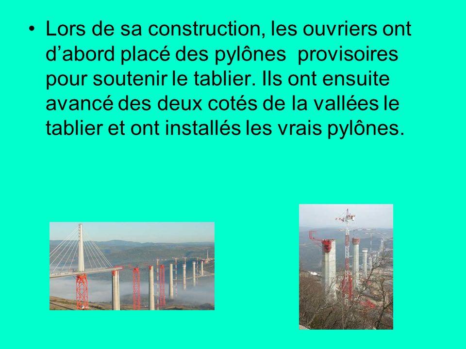 Lors de sa construction, les ouvriers ont d'abord placé des pylônes provisoires pour soutenir le tablier.