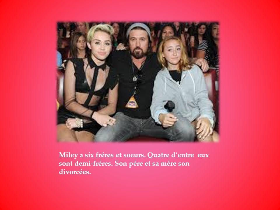 Miley a six fréres et soeurs. Quatre d'entre eux sont demi-fréres