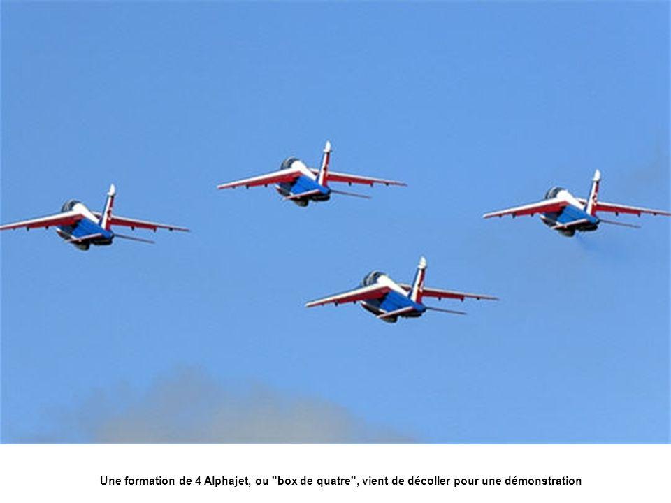 Une formation de 4 Alphajet, ou box de quatre , vient de décoller pour une démonstration