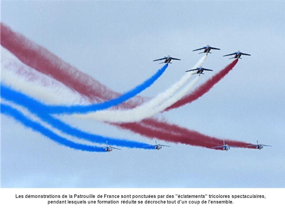 Les démonstrations de la Patrouille de France sont ponctuées par des éclatements tricolores spectaculaires, pendant lesquels une formation réduite se décroche tout d un coup de l ensemble.