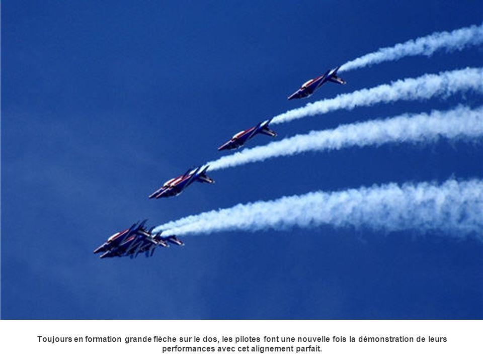 Toujours en formation grande flèche sur le dos, les pilotes font une nouvelle fois la démonstration de leurs performances avec cet alignement parfait.