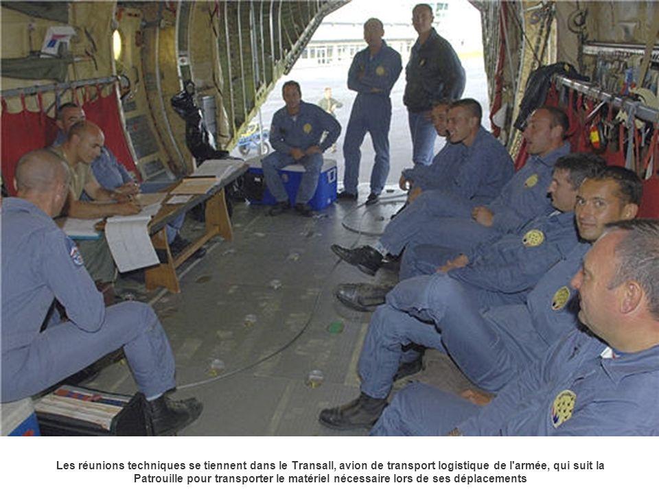 Les réunions techniques se tiennent dans le Transall, avion de transport logistique de l armée, qui suit la Patrouille pour transporter le matériel nécessaire lors de ses déplacements