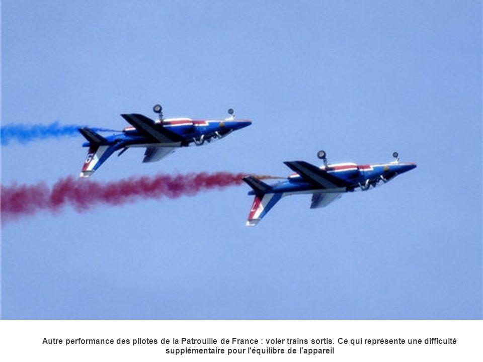 Autre performance des pilotes de la Patrouille de France : voler trains sortis.