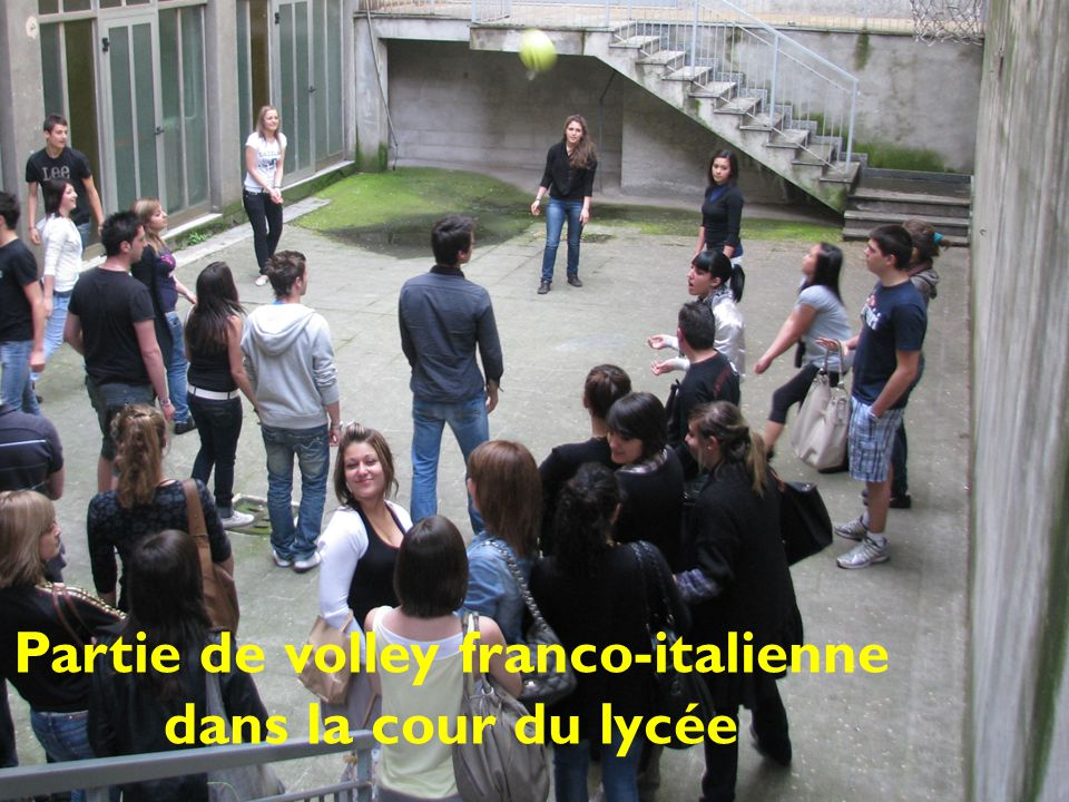 Partie de volley franco-italienne dans la cour du lycée