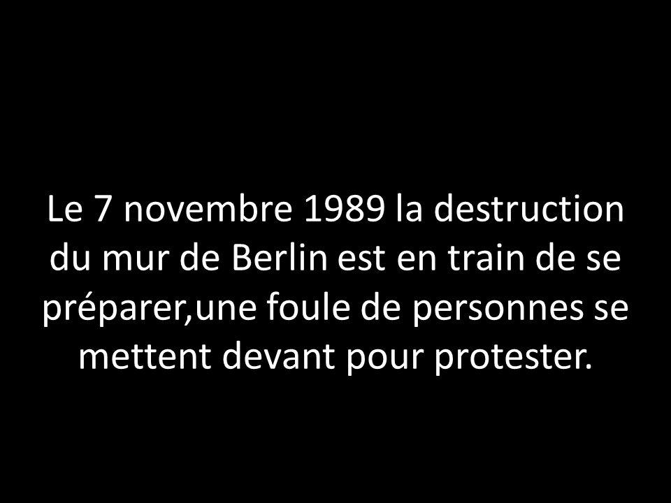 Le 7 novembre 1989 la destruction du mur de Berlin est en train de se préparer,une foule de personnes se mettent devant pour protester.