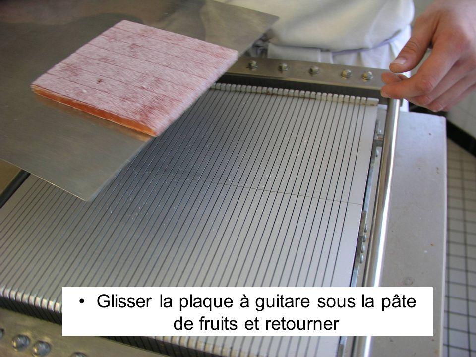 Glisser la plaque à guitare sous la pâte de fruits et retourner