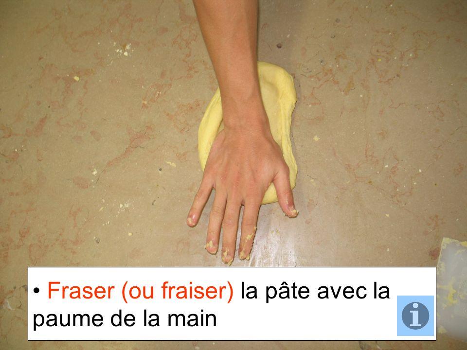 Fraser (ou fraiser) la pâte avec la paume de la main