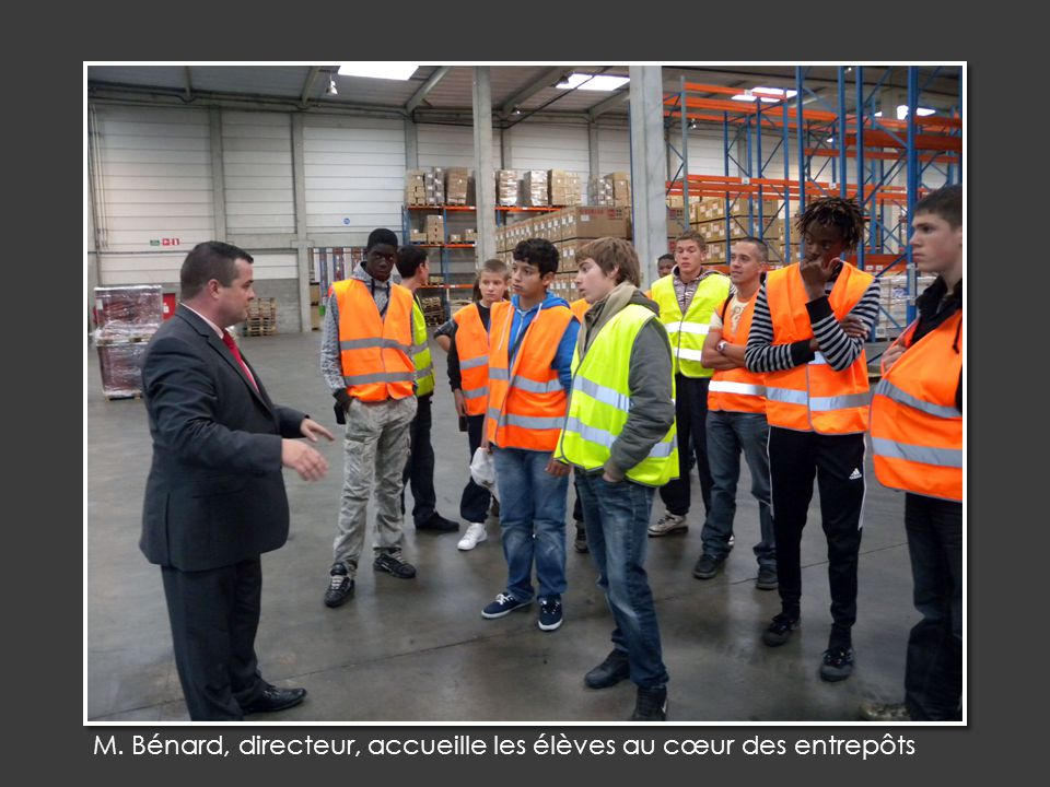 M. Bénard, directeur, accueille les élèves au cœur des entrepôts