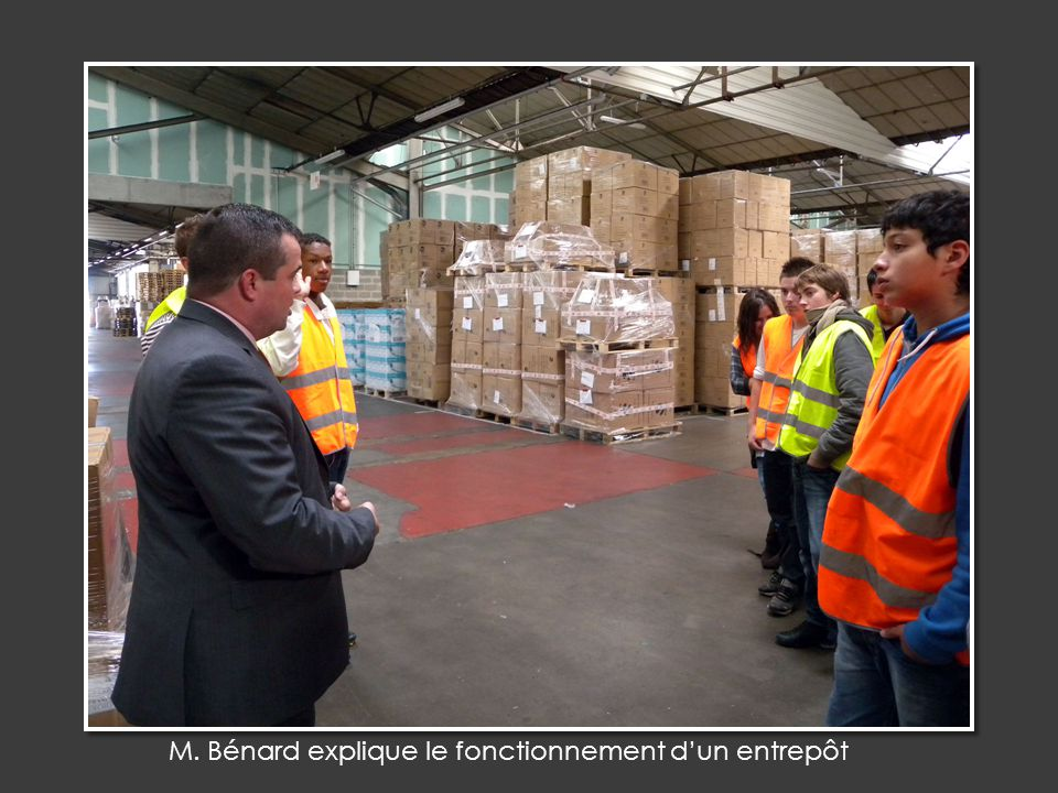 M. Bénard explique le fonctionnement d'un entrepôt
