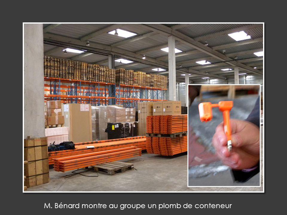 M. Bénard montre au groupe un plomb de conteneur