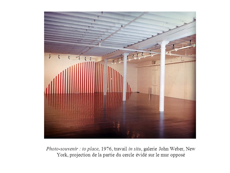 Photo-souvenir : to place, 1976, travail in situ, galerie John Weber, New York, projection de la partie du cercle évidé sur le mur opposé