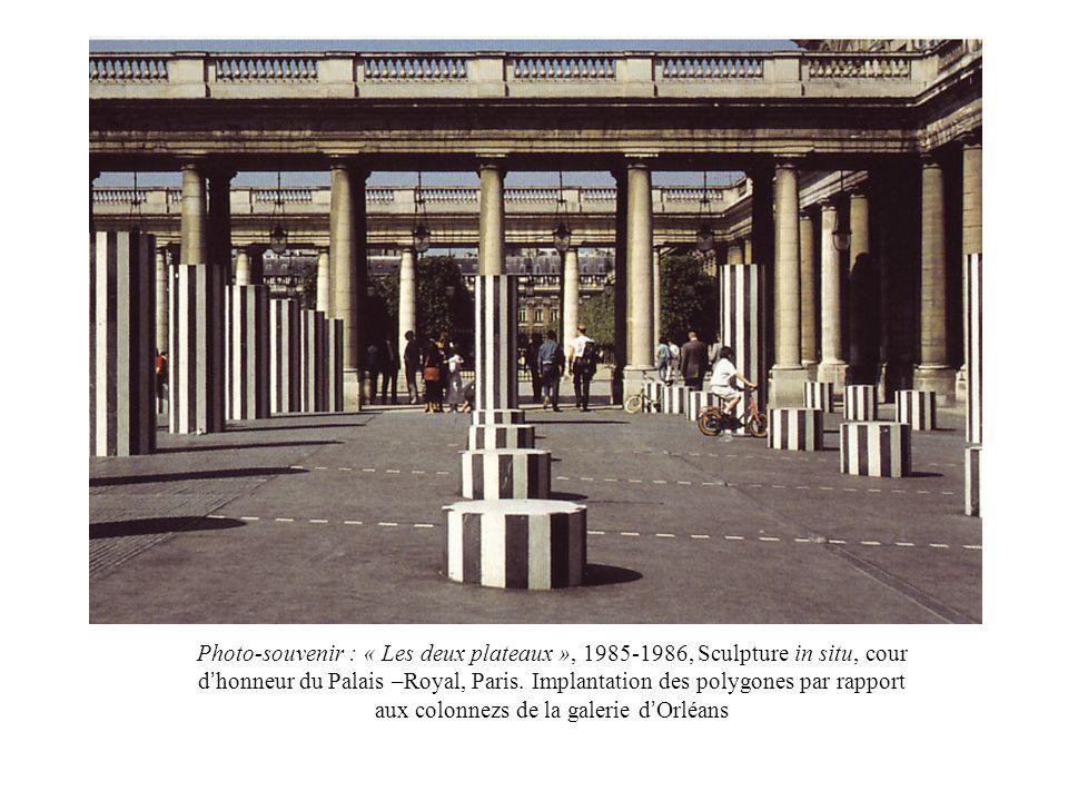 Photo-souvenir : « Les deux plateaux », 1985-1986, Sculpture in situ, cour d'honneur du Palais –Royal, Paris.