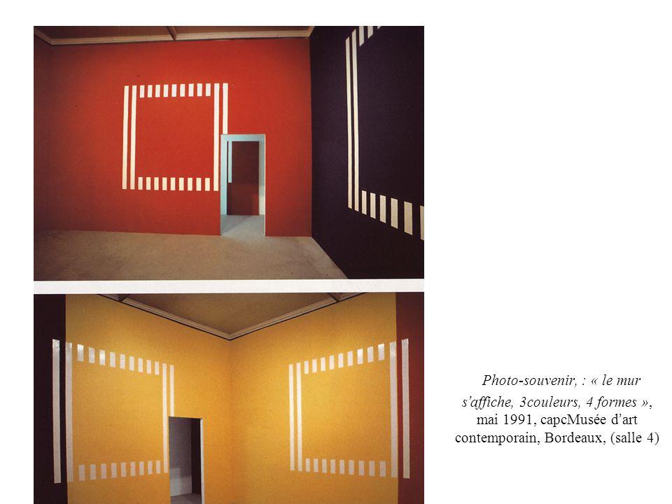 Photo-souvenir, : « le mur s'affiche, 3couleurs, 4 formes », mai 1991, capcMusée d'art contemporain, Bordeaux, (salle 4)