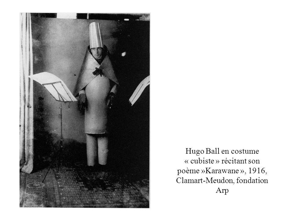 Hugo Ball en costume « cubiste » récitant son poème »Karawane », 1916, Clamart-Meudon, fondation Arp