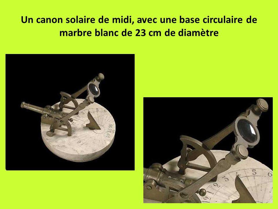 Un canon solaire de midi, avec une base circulaire de marbre blanc de 23 cm de diamètre