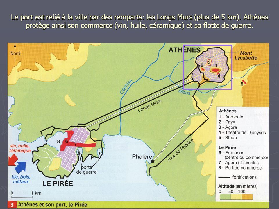 Le port est relié à la ville par des remparts: les Longs Murs (plus de 5 km).