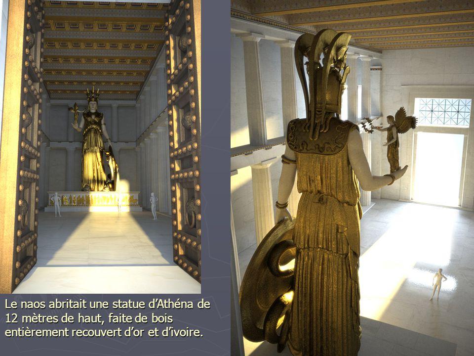 Le naos abritait une statue d'Athéna de 12 mètres de haut, faite de bois entièrement recouvert d'or et d'ivoire.