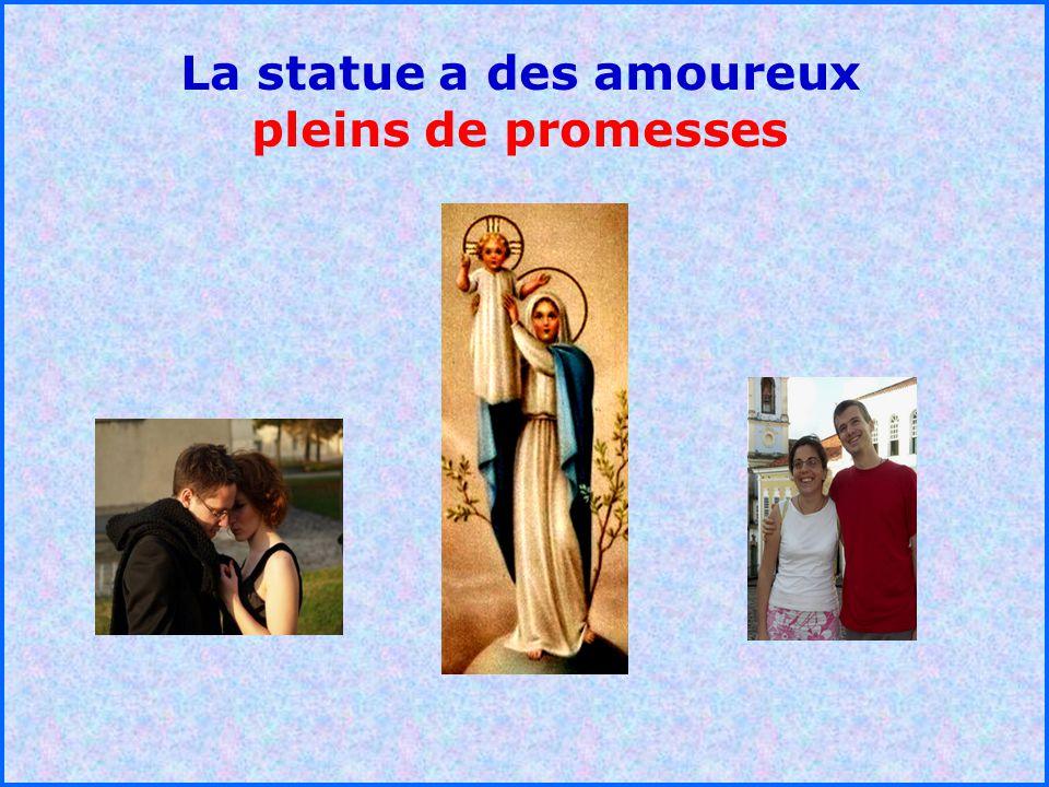 La statue a des amoureux pleins de promesses