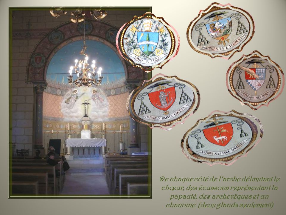 De chaque côté de l'arche délimitant le chœur, des écussons représentant la papauté, des archevêques et un chanoine.