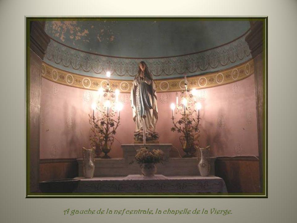 A gauche de la nef centrale, la chapelle de la Vierge.