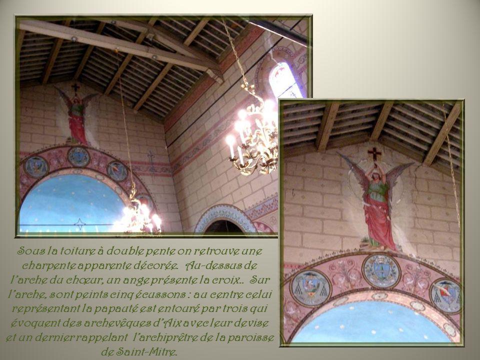 Sous la toiture à double pente on retrouve une charpente apparente décorée.