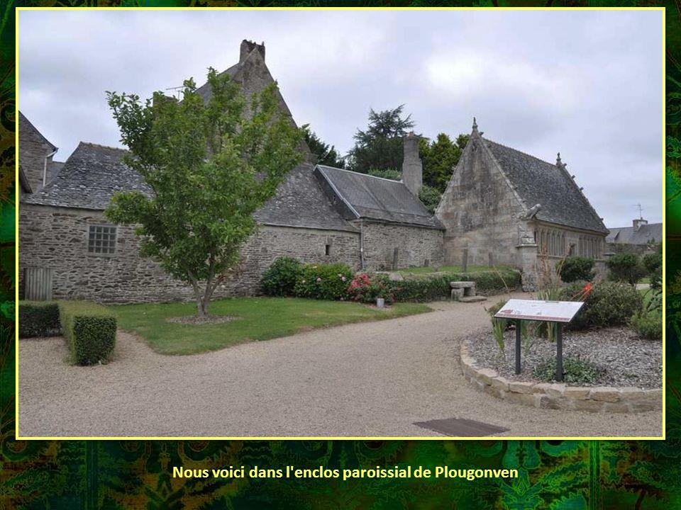 Nous voici dans l enclos paroissial de Plougonven