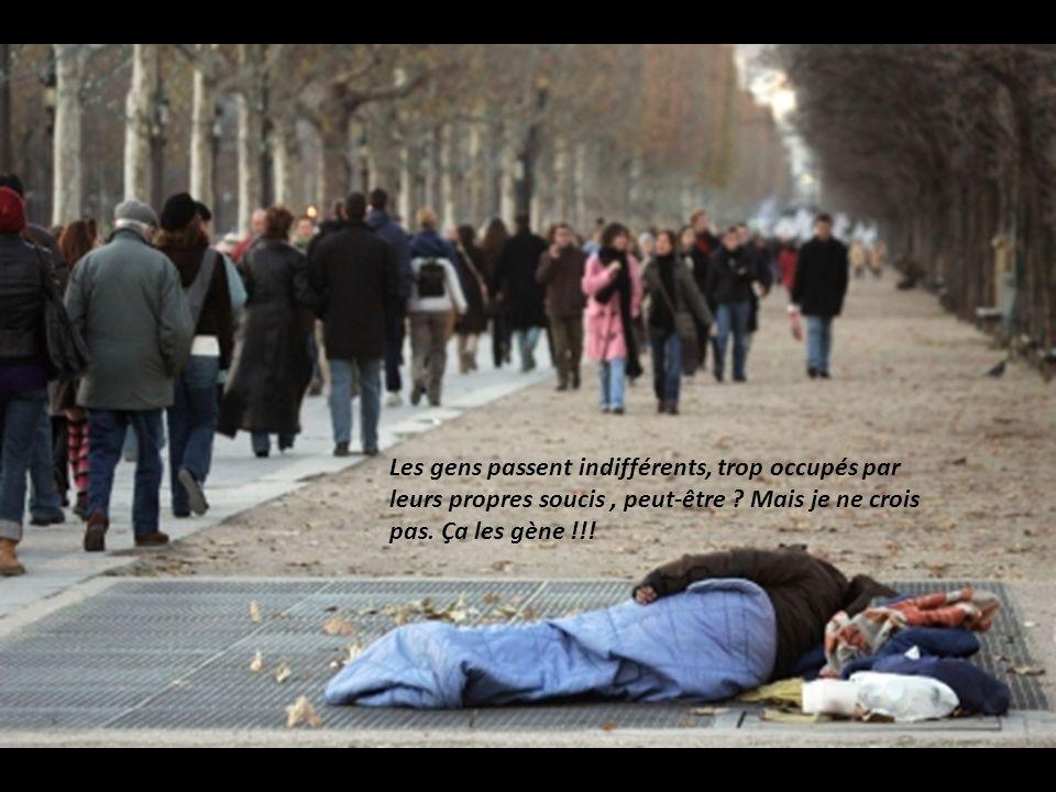 Les gens passent indifférents, trop occupés par leurs propres soucis , peut-être .