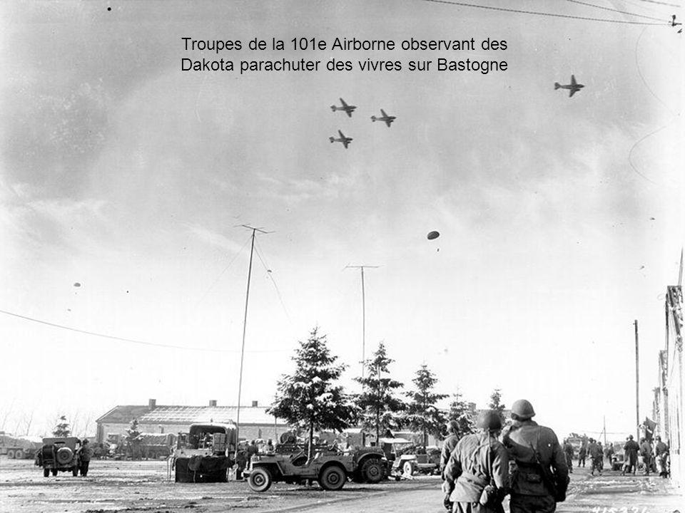 Troupes de la 101e Airborne observant des Dakota parachuter des vivres sur Bastogne
